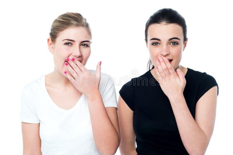 Jeunes filles étonnées riant fort photo libre de droits