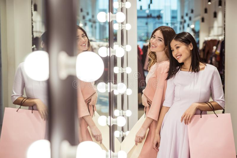 Jeunes filles au miroir photos stock