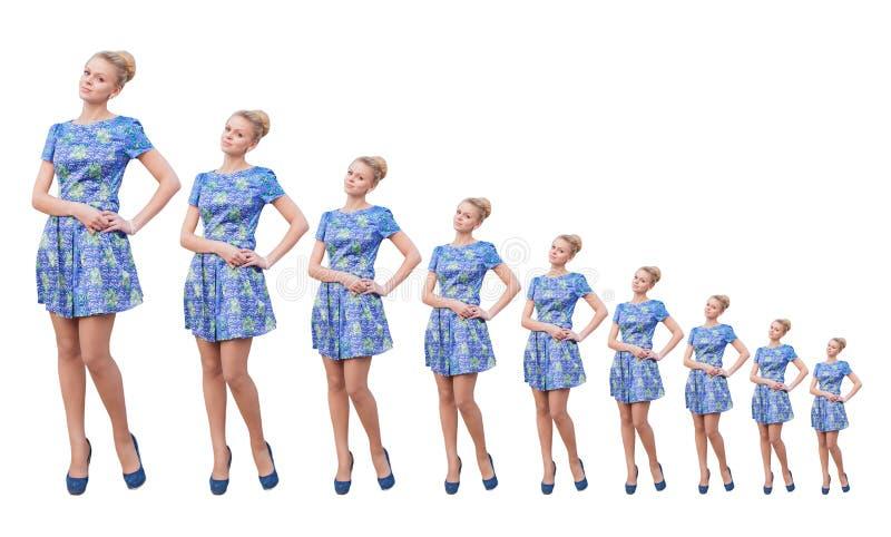 Jeunes filles blondes dans la robe courte bleue photo libre de droits