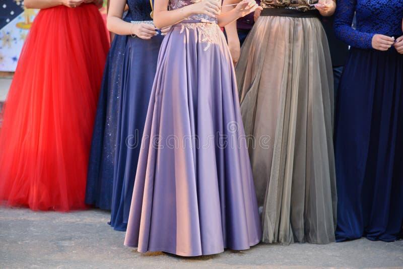 Jeunes filles dans de longues robes égalisantes, la partie plus inférieure photo stock