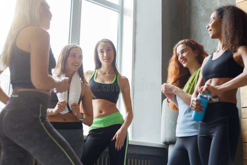 Jeunes filles dans les vêtements de sport causant devant classe de danse photographie stock