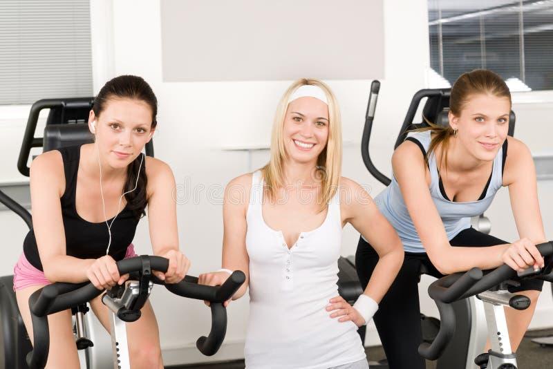 Jeunes filles de forme physique tournant à la pose de gymnastique photographie stock
