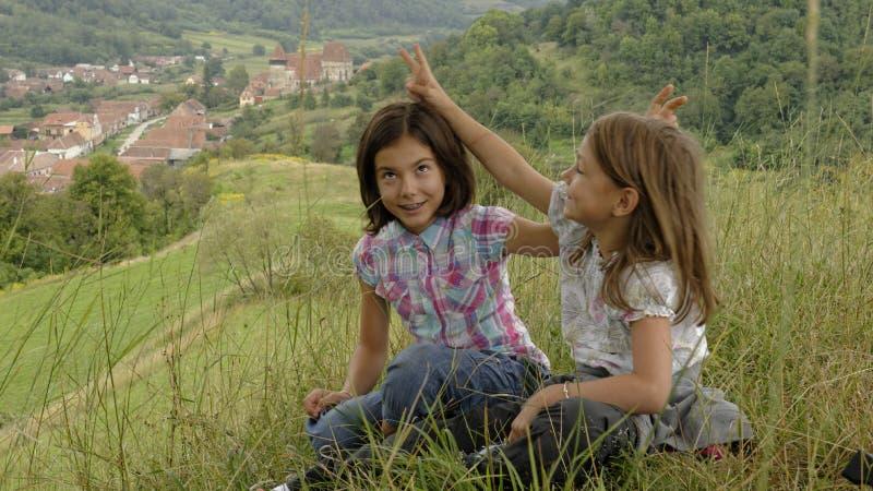 Jeunes filles dupant autour, jument de Copsa, Roumanie photos stock