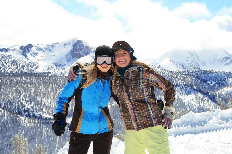Jeunes filles heureuses en vêtements et lunettes de l'hiver image stock