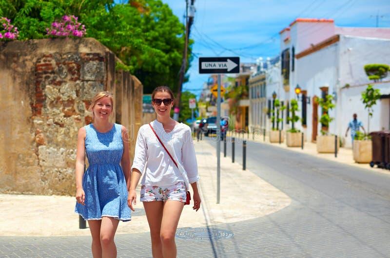 Jeunes filles heureuses, touristes marchant sur des rues dans la visite de ville, Santo Domingo photographie stock