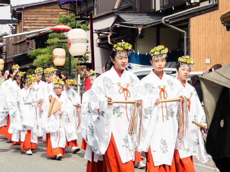Jeunes filles japonaises habillées et pristesses de shinto de miko photos stock