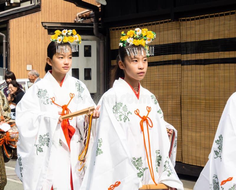 Jeunes filles japonaises habillées et pristesses de shinto de miko images stock