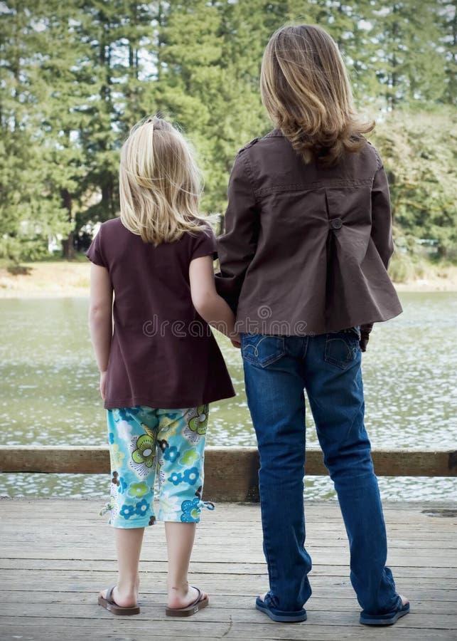 Jeunes filles par le lac image libre de droits