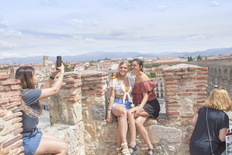Jeunes filles prenant des photos à côté de l'aqueduc à Ségovie photos stock