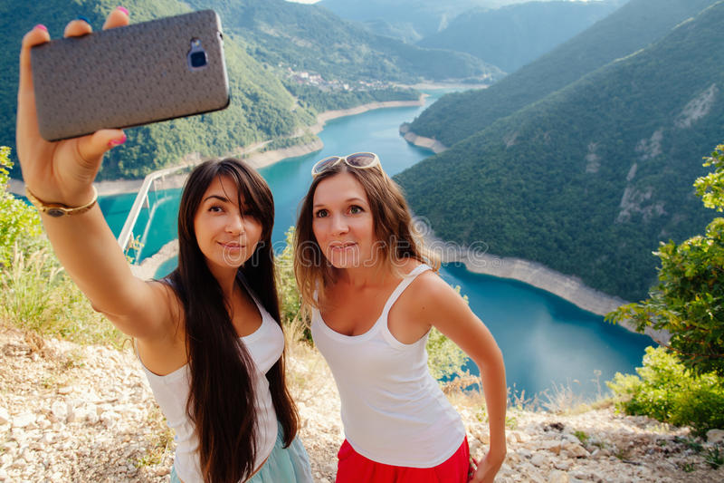 Jeunes filles prenant la photo de Selfie photographie stock libre de droits
