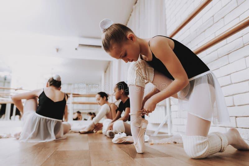 Jeunes filles se préparant au ballet s'exerçant à l'intérieur image stock