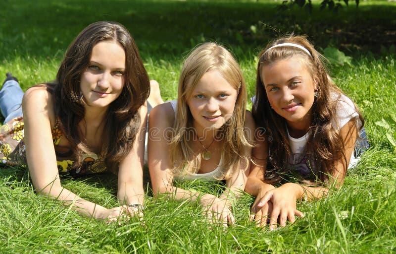 Jeunes filles se trouvant sur l'herbe photo libre de droits