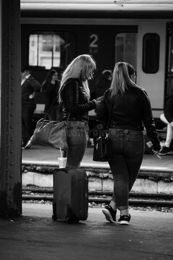 Jeunes filles sur le quai de la gare de Bucarest Nord Gara de Nord Bucuresti à Bucarest, Roumanie, 2019 photographie stock libre de droits