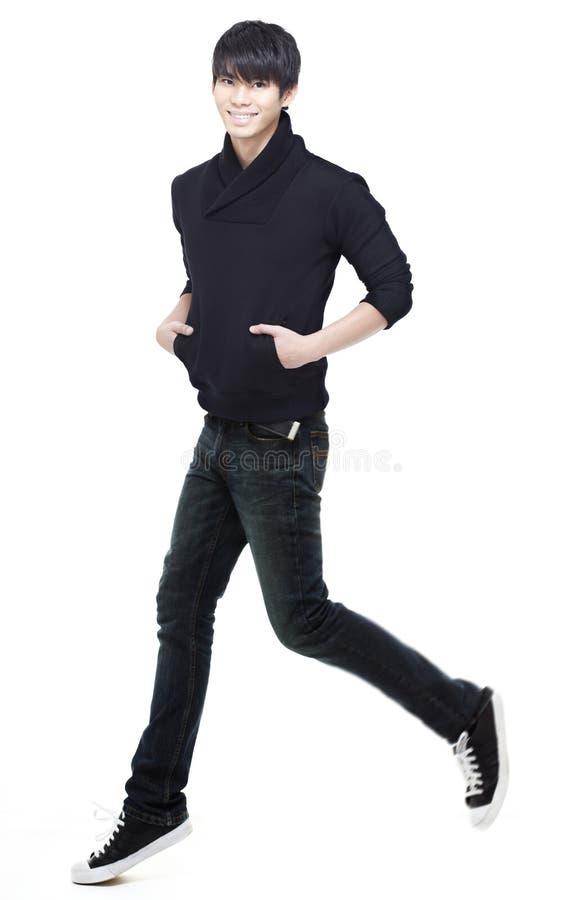 Jeunes fonctionnement, courir et jumpi chinois d'homme photos stock