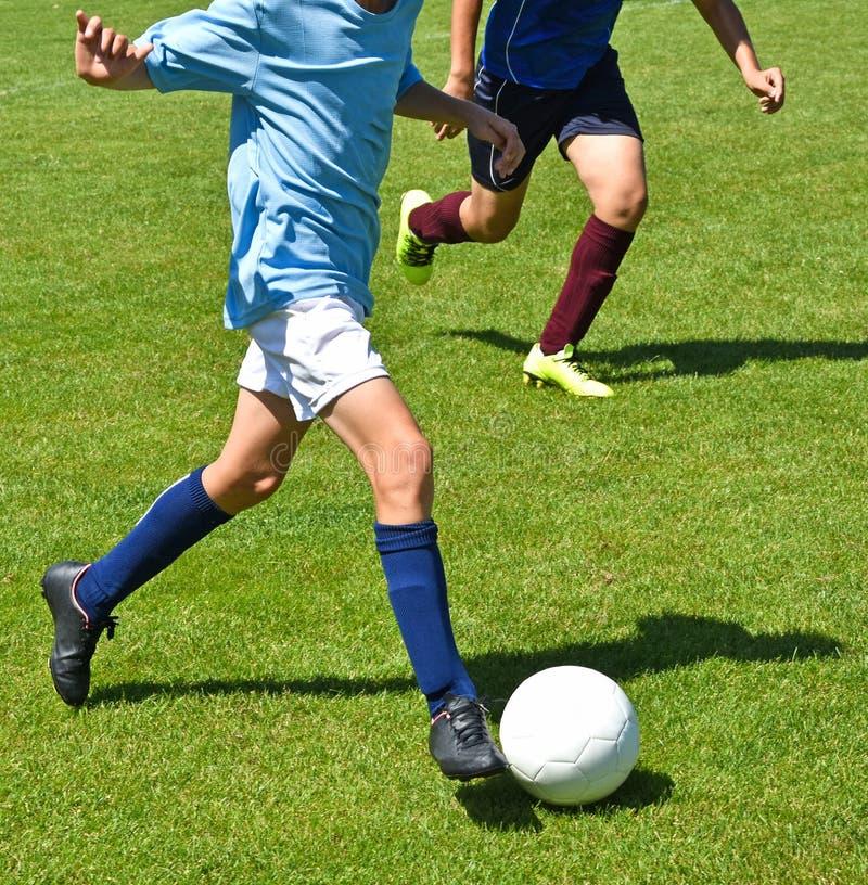 Jeunes footballeurs images libres de droits