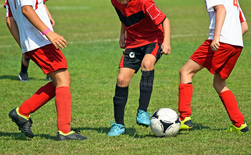 Jeunes footballeurs dans l'action photo libre de droits