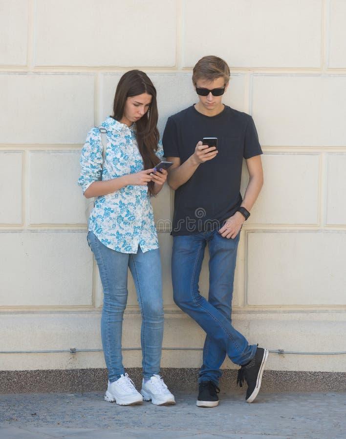 Jeunes garçon et fille profondément dans la réalité virtuelle photo libre de droits