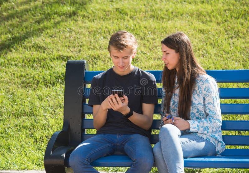 Jeunes garçon et fille profondément dans la réalité virtuelle images stock