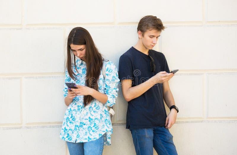 Jeunes garçon et fille profondément dans la réalité virtuelle image libre de droits
