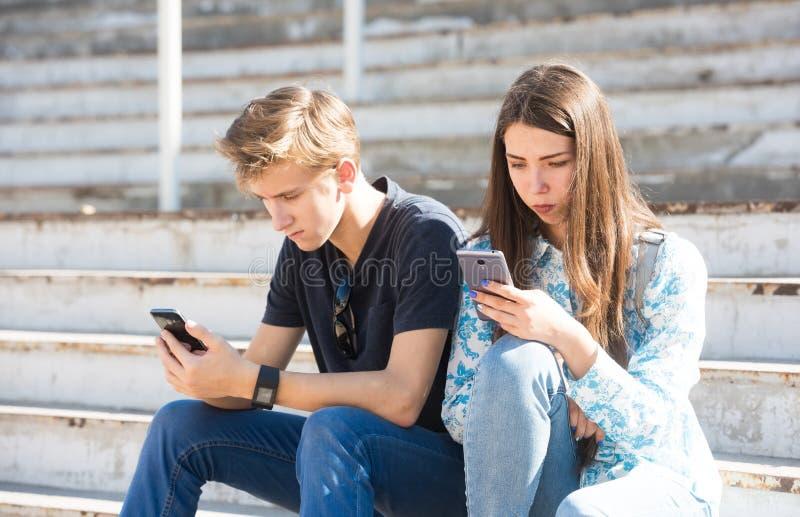 Jeunes garçon et fille profondément dans la réalité virtuelle photos stock