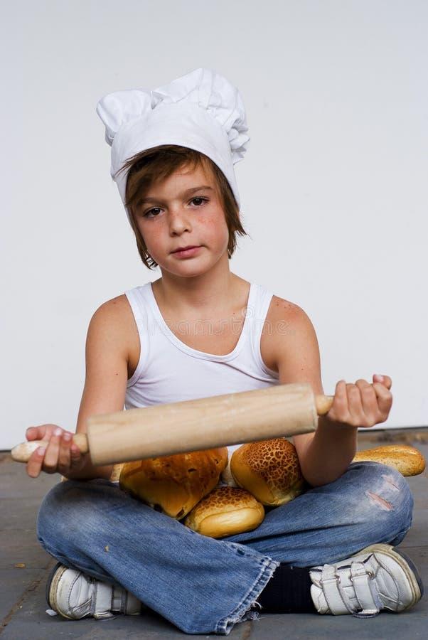 Jeunes garçon et pain de boulanger image stock