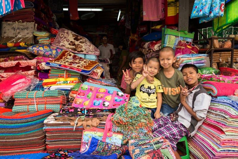 Jeunes garçons au marché de Zegyo dans Myanmar photos libres de droits