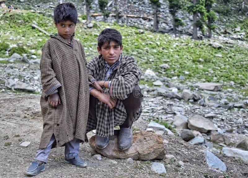 Jeunes garçons gujjar nomades photographie stock libre de droits