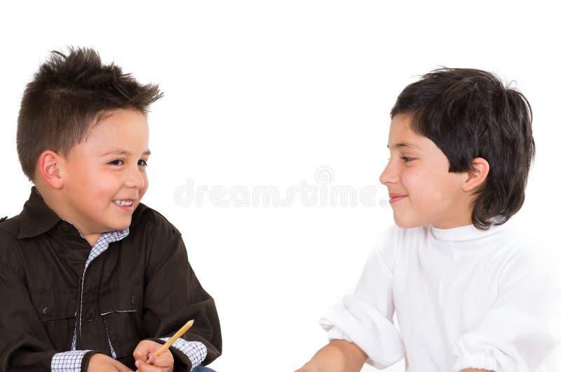 Jeunes garçons mignons jouant ensemble d'isolement plus de photo libre de droits