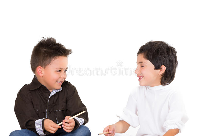 Jeunes garçons mignons jouant ensemble d'isolement plus de image stock
