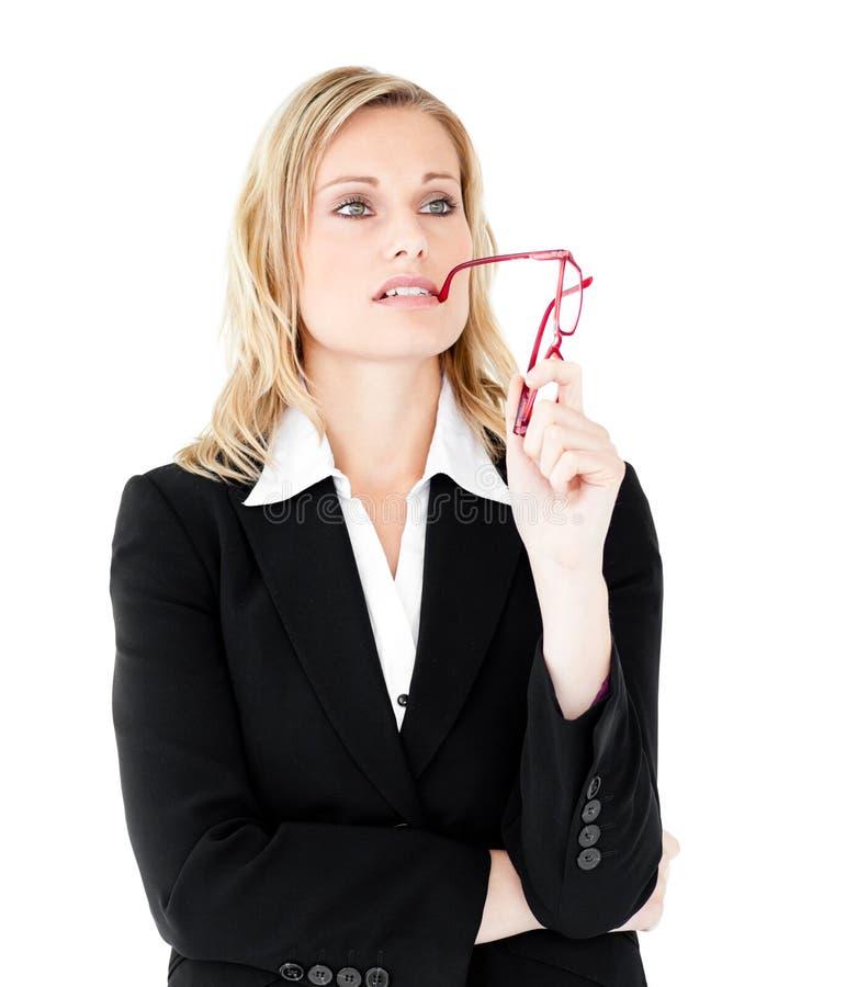Jeunes glaces pensives de fixation de femme d'affaires photos stock