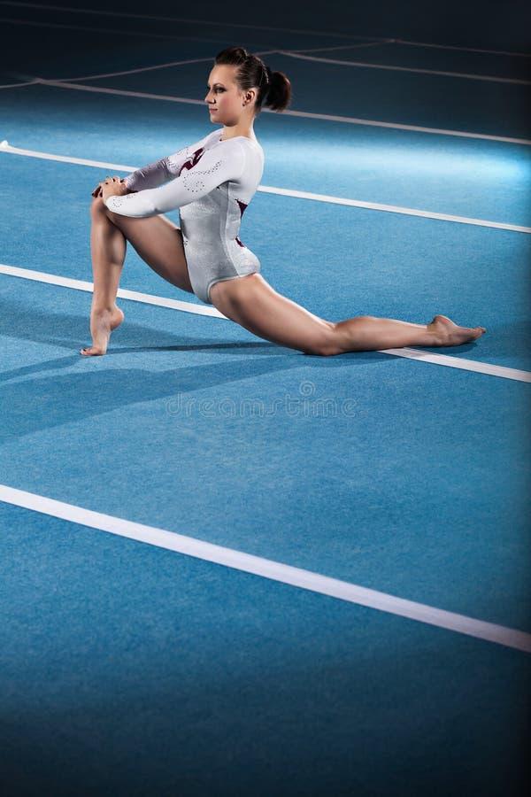 Jeunes gymnastes concurrençant dans le stade photographie stock