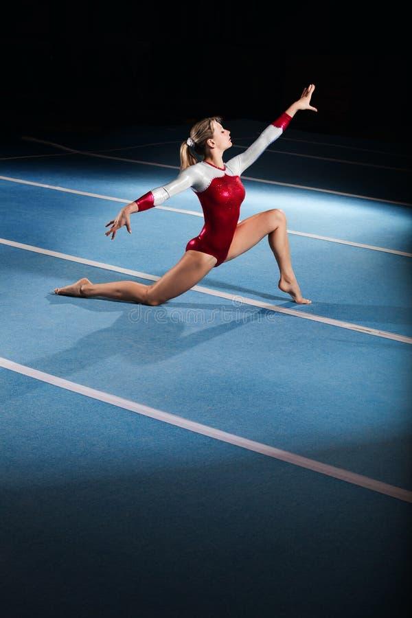 Jeunes gymnastes concurrençant dans le stade images stock