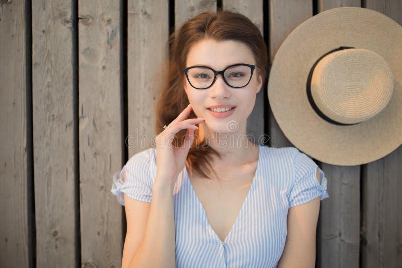 jeunes heureux de femme de verticale Vue de ci-avant Mensonge sur le fond en bois photographie stock
