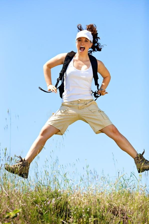jeunes heureux de saut de fille photos stock
