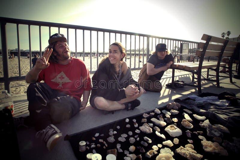 Jeunes hippies vendant des gemmes sur la rue près de la plage image libre de droits