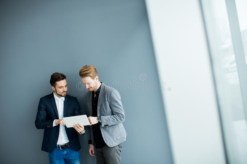 Jeunes hommes avec le comprimé photo stock