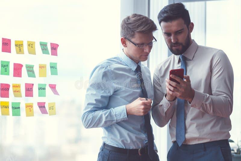 Jeunes hommes d'affaires au travail photos stock