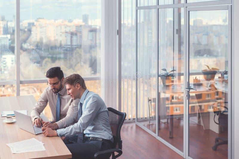 Jeunes hommes d'affaires lors d'une réunion photo stock