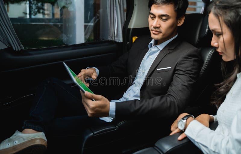 Jeunes hommes d'affaires se r?unissant dans la voiture photos stock