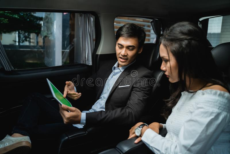 Jeunes hommes d'affaires se r?unissant dans la voiture images stock