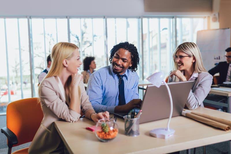 Jeunes hommes d'affaires travaillant ensemble dans le bureau cr?atif Foyer s?lectif photos libres de droits