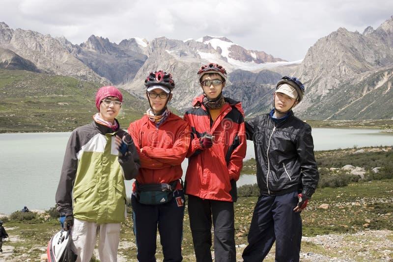 Jeunes hommes de bicyclette en nature image libre de droits