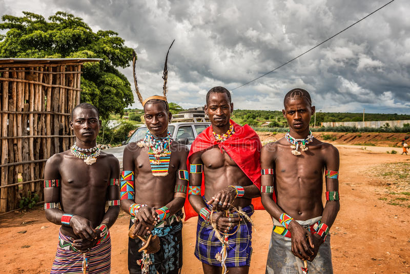Jeunes hommes des tribus éthiopiennes à un marché images stock