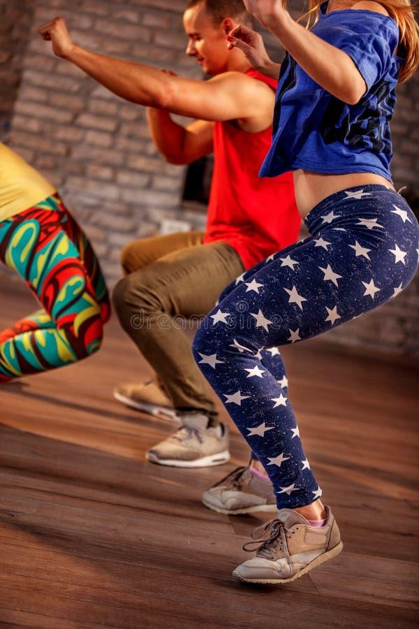 Jeunes hommes et femmes dansant la chorégraphie moderne de groupe de Zumba images stock