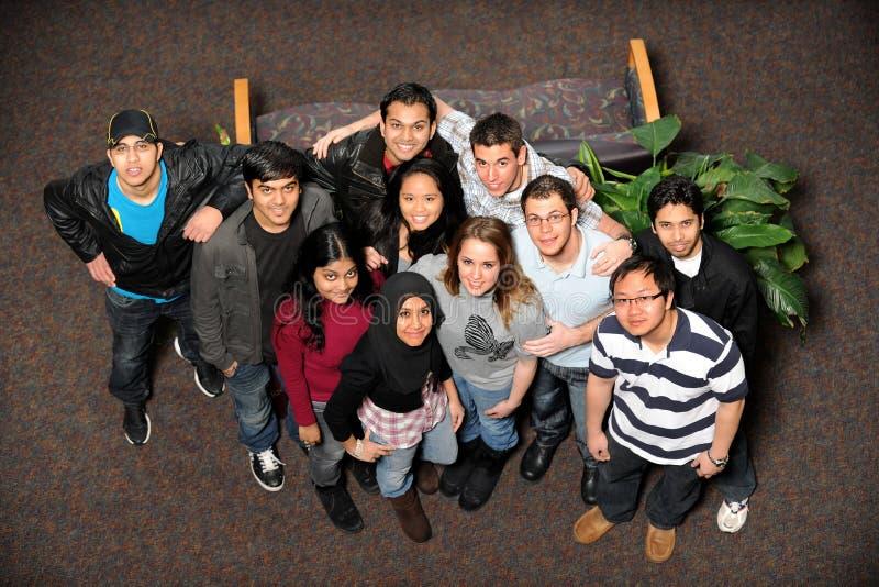 Jeunes hommes et femmes de différents groupes ethniques image libre de droits