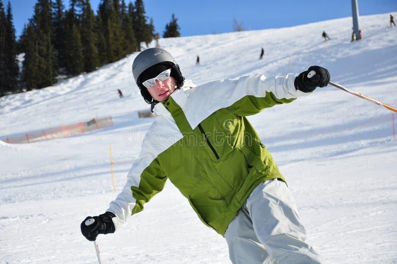 Jeunes hommes skiant sur des montagnes images stock