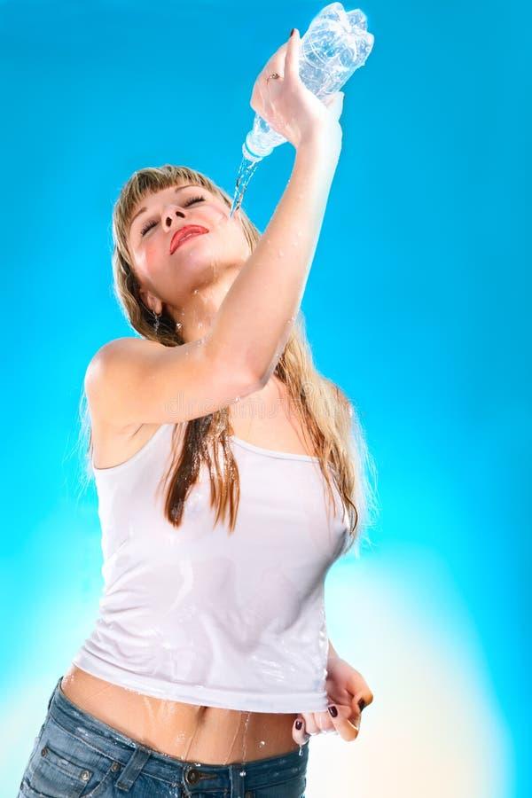 jeunes humides de femme de T-shirt sexy de bouteille photographie stock