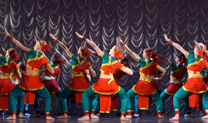 jeunes indiens de femme blanc de danse de fond photo stock