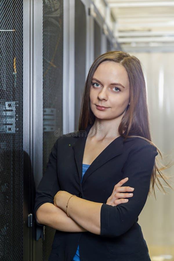 Jeunes ingénieur et femme d'affaires à l'équipement du réseau photographie stock