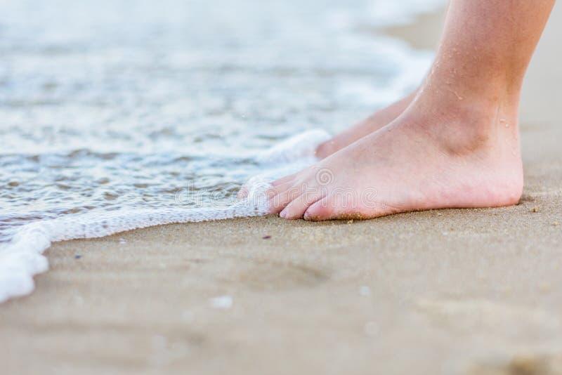 Jeunes jambes de garçon en mer - image photo libre de droits
